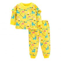 Girls outfit sets with long sleeves sweatshirts and pants printed in multicolors and animal cartoon patterns.